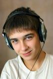 Nastolatek W hełmofonach obraz royalty free