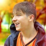 Nastolatek w jesień parku Zdjęcie Stock