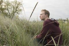 Nastolatek w otwartym śródpolnym modleniu fotografia royalty free