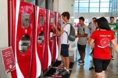 Nastolatek wybiera napój od ekranu dotykowego nowożytny automat dla napojów zdjęcie stock