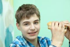 Nastolatek z hamburgerem zdjęcie stock