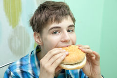 Nastolatek z hamburgerem zdjęcia stock