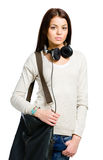 Nastolatek z hełmofonami i torebką Zdjęcia Royalty Free