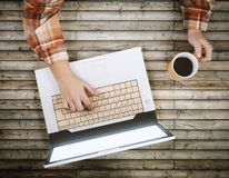 Nastolatek z laptopem i filiżanką coffe fotografia royalty free