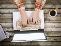 Nastolatek z laptopem i filiżanką coffe zdjęcie royalty free
