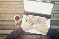 Nastolatek z laptopem i filiżanką coffe fotografia stock