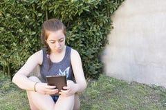 Nastolatek z pastylką fotografia stock