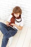 Nastolatek z pastylka komputerem osobistym indoors Zdjęcie Royalty Free
