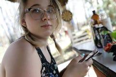 Nastolatek z smartphone fotografia stock