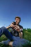 Nastolatek z smartphone Zdjęcie Stock