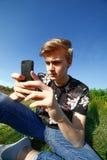 Nastolatek z smartphone Obraz Stock