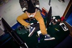 Nastolatek z wideo gry nałogiem bawić się podczas gdy siedzący na ja obraz stock