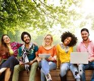 Nastolatków potomstwa Zespalają się Wpólnie Rozochoconego pojęcie zdjęcia royalty free