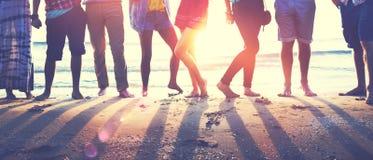 Nastolatków przyjaciół plaży przyjęcia szczęścia pojęcie Fotografia Royalty Free