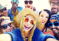 Nastolatków przyjaciół plaży przyjęcia szczęścia pojęcie obraz royalty free