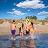 Nastolatków surfingowów bieg plaży grupowy chełbotanie Obraz Royalty Free