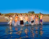 Nastolatków surfingowów bieg plaży grupowy chełbotanie Obrazy Stock