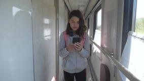 Nastolatka chodzi do wagonu z plecakiem i smartfonem transport drogowy w stylu życia zbiory