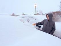 Nastolatka cleaning śnieg z pojazdu Zdjęcie Stock