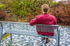 Nastolatka czekanie dla jego miłości dziewczyny na dacie Obrazy Royalty Free