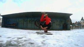 Nastolatka dancingowy breakdance w śniegu, slowmotion zdjęcie wideo