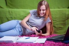 Nastolatka gawędzenie z przyjacielem Obraz Royalty Free