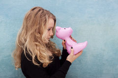 Nastolatka mienia prosiątka bank Fotografia Royalty Free
