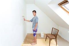 Nastolatka obrazu ściana biel w domu Zdjęcie Stock