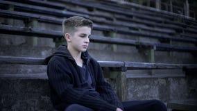 Nastolatka obsiadanie na stadium trybunie, zniszczenie i ubóstwo, miasto po wojny obrazy royalty free