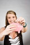 Nastolatka oszczędzania pieniądze Zdjęcia Royalty Free