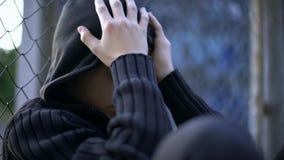 Nastolatka płacz, szkolny znęcać się, zaburzeniowa rodzina, samotność lub depresja, zdjęcie stock