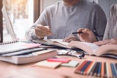 Nastolatka studiowanie przy biurkiem, robić pracom domowym i używać laptop obraz royalty free