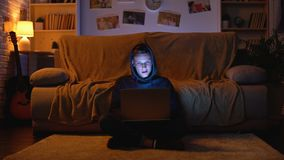 Nastolatka surfing w internecie odwiedza uprawiać hazard jest usytuowanym wygranego pieniądze, młody hacker zbiory wideo