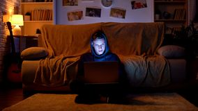 Nastolatka surfingu internet na laptopie, odwiedza uprawiaj?cy hazard miejsce, m?ody hacker obraz royalty free