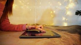 Nastolatka writing emaila list pióro kumpel zdjęcia stock