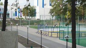 Nastolatki grają w piłkę nożną na placu zabaw zdjęcie wideo