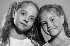 nastolatki szczęśliwi Dzieciństwa i wakacje pojęcie Uczennicy farba punkty Zdjęcie Royalty Free