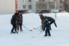 Nastolatkowie bawić się hokeja na domowym łyżwiarskim lodowisku Tyumen, Rosja Zdjęcie Royalty Free