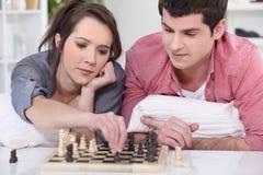 Nastolatkowie bawić się szachy. Obrazy Royalty Free