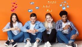 Nastolatkowie gawędzi w ogólnospołecznych sieciach z smartphones, pomarańcze ściana ilustracja wektor
