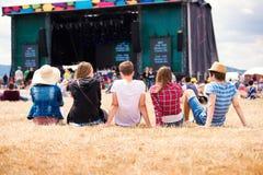 Nastolatkowie, lato festiwal muzyki, siedzi przed sceną Obraz Stock