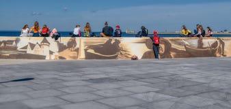 Nastolatkowie na seashore siedzą na ścianie zdjęcie stock