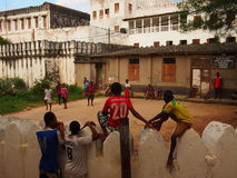 Nastolatkowie ogląda futbol w Zanzibar Zdjęcia Royalty Free