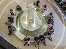Nastolatkowie patrzeje ich smartphones, Bangkok zdjęcia royalty free