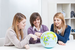 Nastolatkowie Patrzeje kulę ziemską Obraz Stock