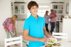 Nastolatkowie pomagają z obowiązki domowe fotografia stock