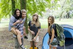 Nastolatkowie przy obozem Obrazy Royalty Free