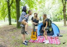 Nastolatkowie przy obozem Fotografia Royalty Free