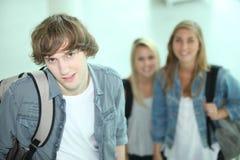 Nastolatkowie przy szkołą Obraz Royalty Free