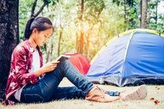 Nastolatkowie są relaksujący czytelniczymi książkami w plenerowym pinkinie ar obrazy stock